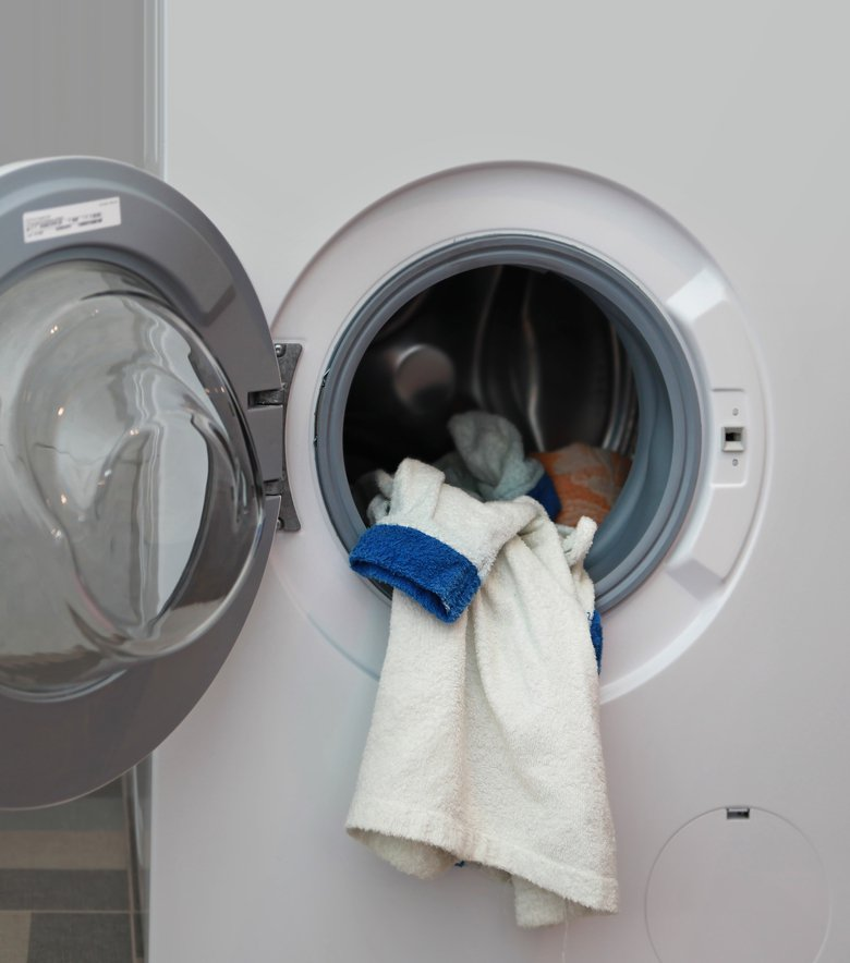 一名網友發文分享近期家中發生的趣事,家人在洗好的衣物上發現不明棕色物體,以為是洗衣機壞掉,真相曝光網友全笑翻。圖片來源/ingimage