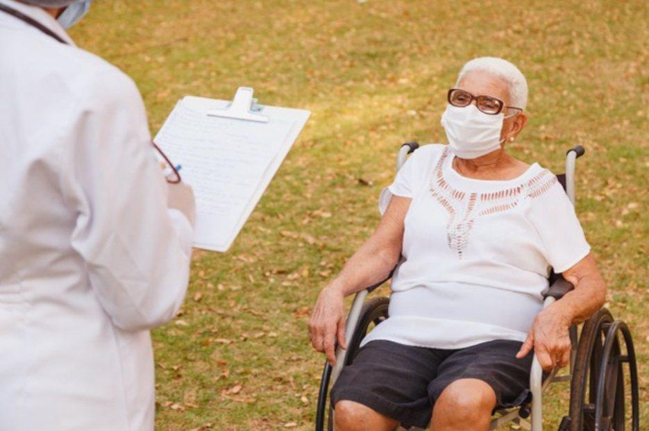 年紀大、有慢性病的人比較容易中暑,因為心肺功能和皮膚血液循環較差,連帶影響到流汗...