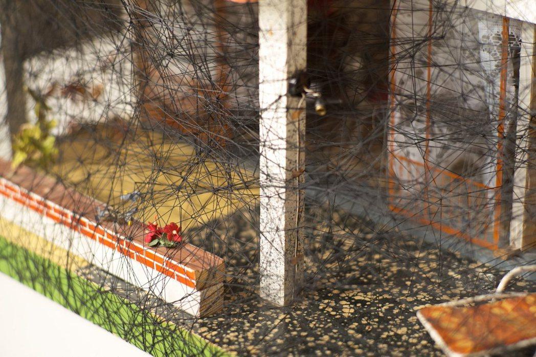 被線困住的微型房屋,象徵現實世界。圖/galerie templon提供