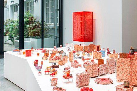 塩田千春最新個展「Living Inside」正在布魯塞爾展出。圖/galeri...