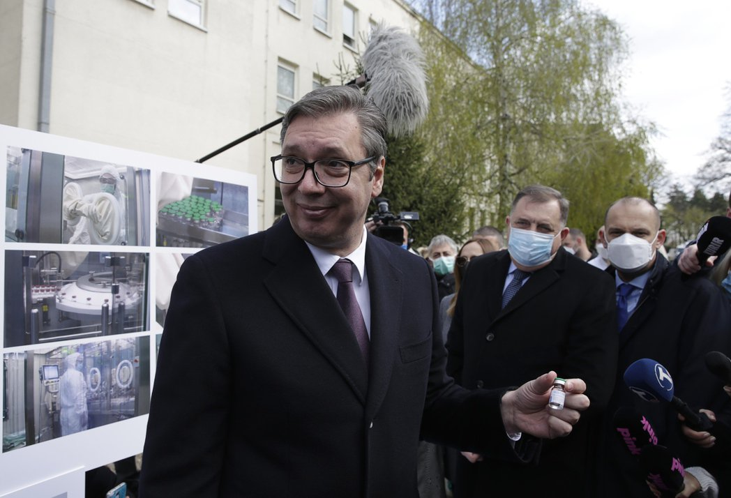 2021年4月15日,塞爾維亞總統武契奇在貝爾格萊德視察負責生產Sputnik V疫苗的研究所。 圖/歐新社