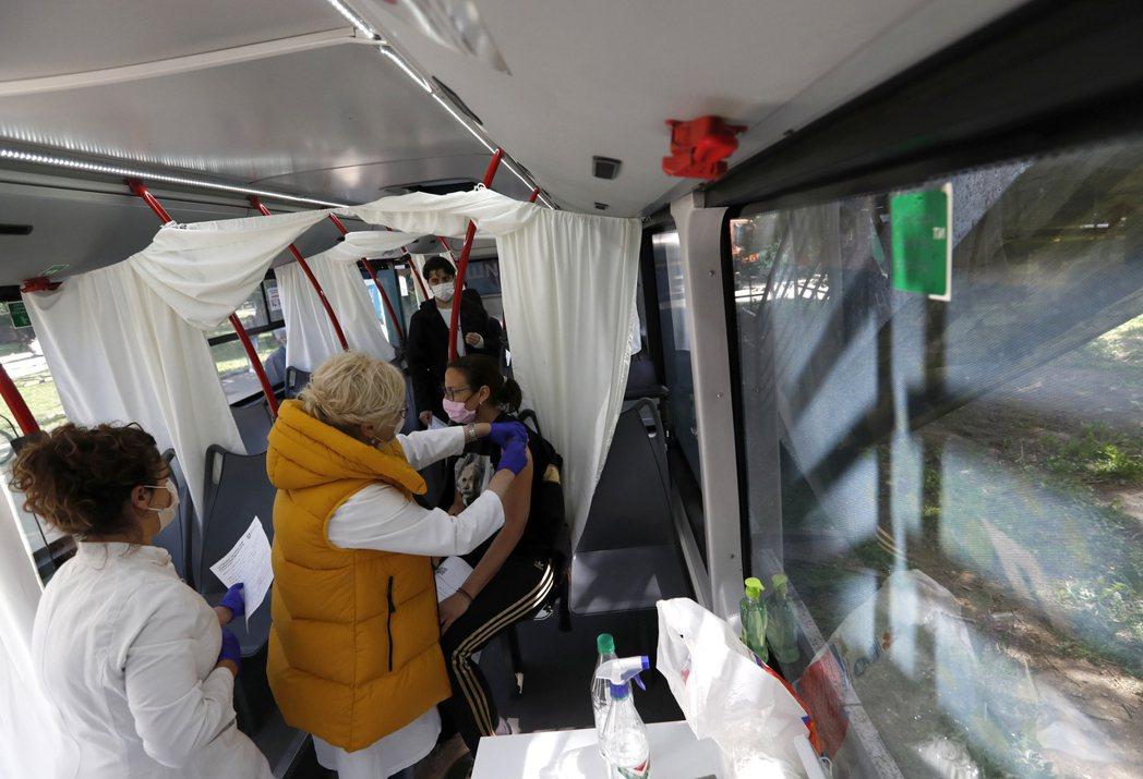 圖為塞爾維亞民眾接種中國國藥(Sinopharm)疫苗。 圖/美聯社