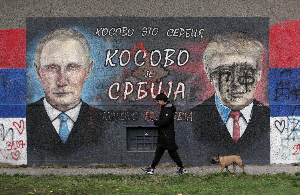 當歐盟自顧不暇時,俄羅斯與塞爾維亞填補了空白,向波赫聯邦贈送疫苗。圖為塞爾維亞首都貝爾格萊德的普亭及川普塗鴉。 圖/美聯社