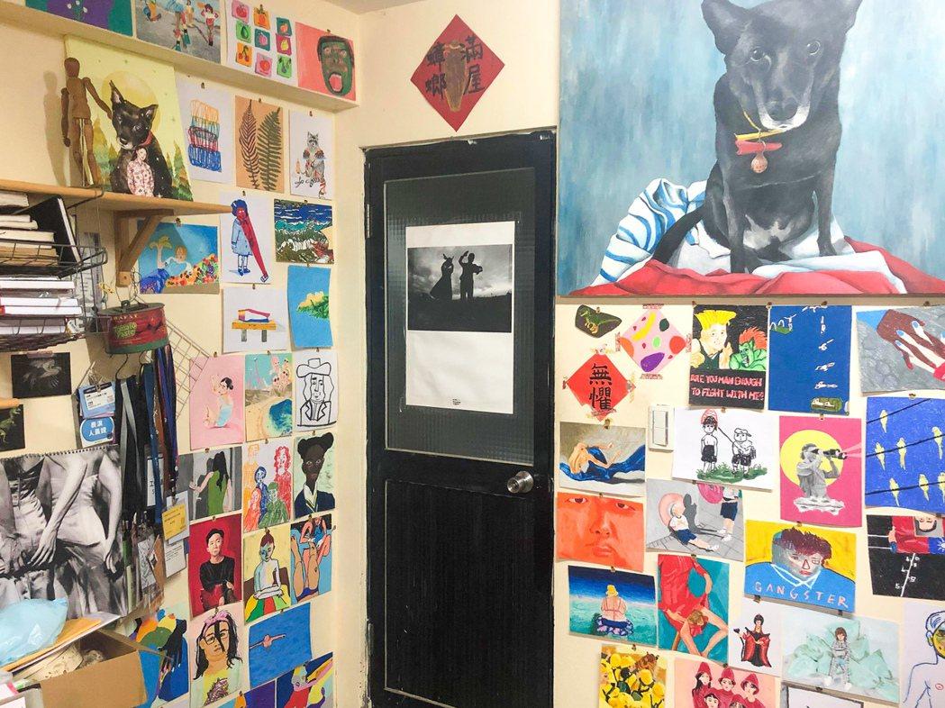 林素蓮會在視訊時,透過鏡頭向夥伴展示她的房間、畫作與玩具收藏。 圖/林素蓮提供