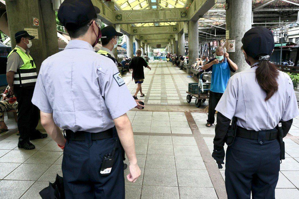 警方與保全人員於萬華龍山寺巡邏及勸誡民眾戴口罩。非本文所指當事人。 圖/聯合報系資料照