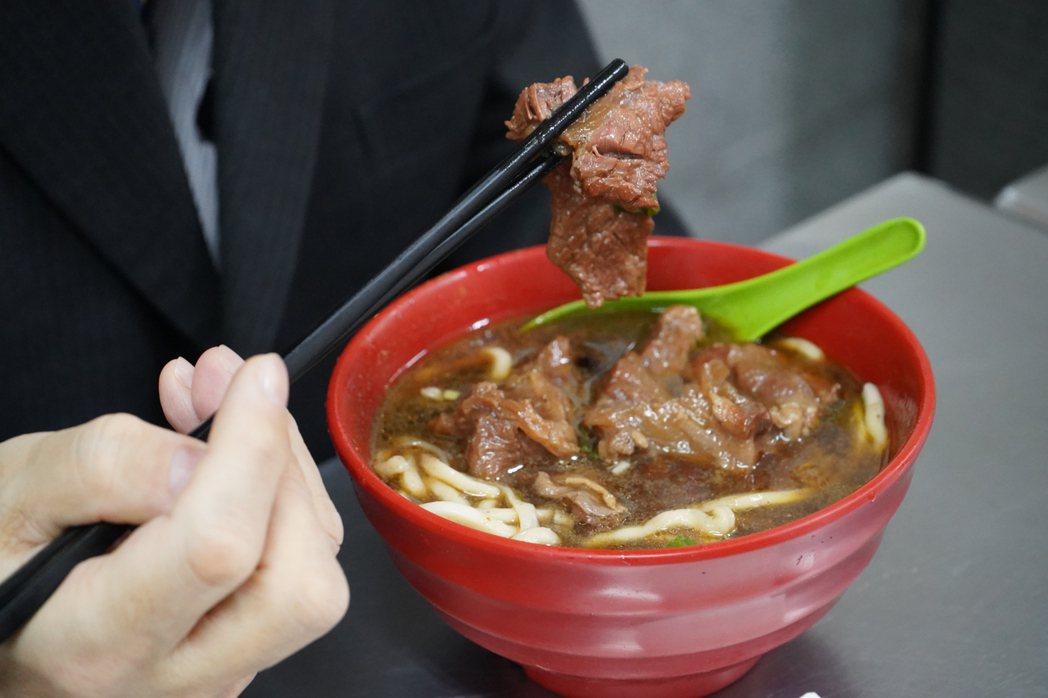 吃牛肉麵,泉裕泰喜歡熬煮入味,但又不會太油膩的紅燒湯頭。圖/日本台灣交流協會台北...
