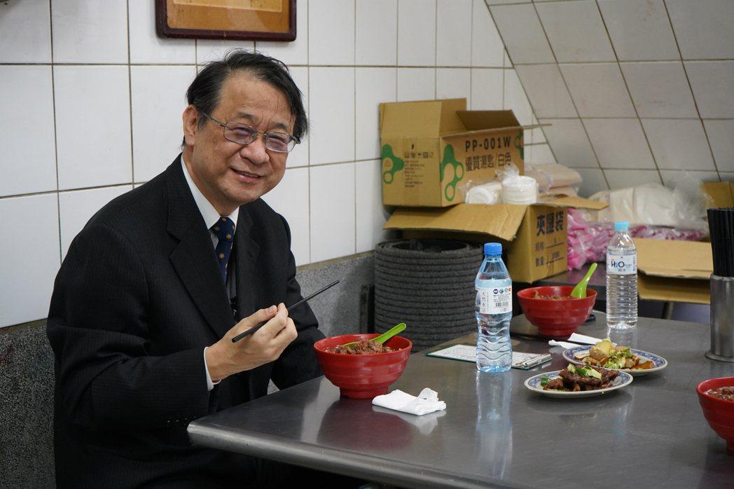 牛肉麵是泉裕泰最愛的台灣平民美食。圖/日本台灣交流協會台北事務所提供