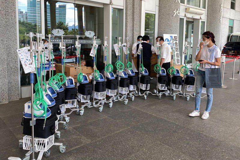 藝人賈永婕日前募捐329台高流量氧氣鼻導管全配系統(HFNC),獲得網友一片讚賞。 圖擷自臉書「賈永婕的跑跳人生」