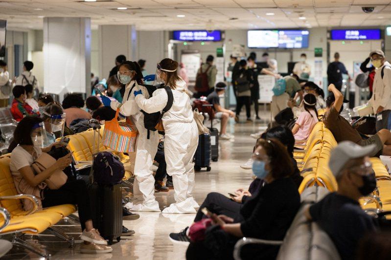 國內疫苗供不應求,不少民眾不惜成本出國施打,連旅行社都坦言「詢問度真的很高」。圖為桃機飛美航班候機狀況。記者季相儒/攝影