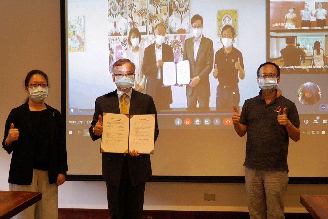 大葉大學葉釋仁副校長(中)透過視訊,與日本AccoLa集團學校簽約。 大葉大學/...