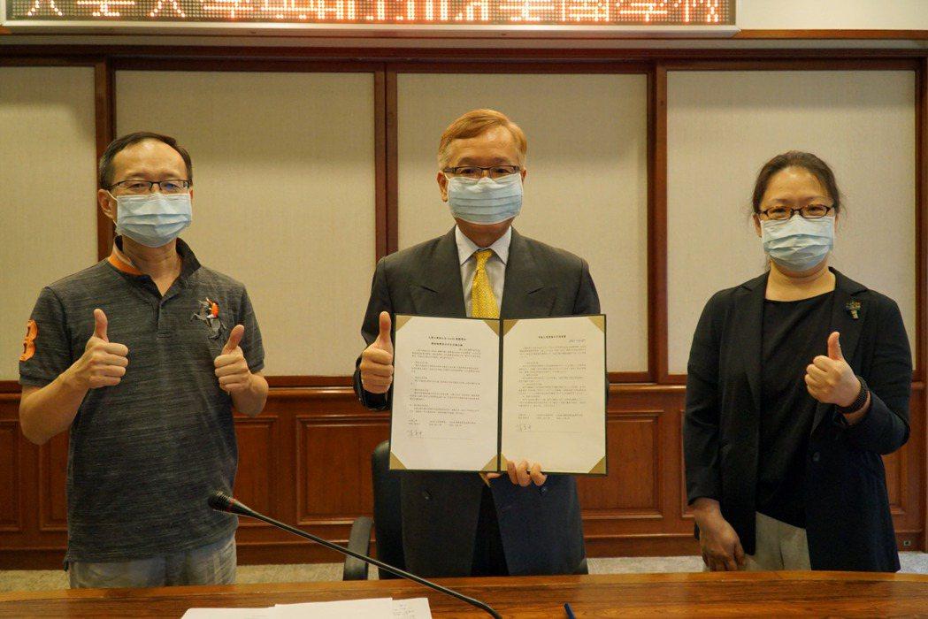 大葉大學與日本AccoLa集團學校簽約合作,葉釋仁副校長(中)展示合約書。 大葉...