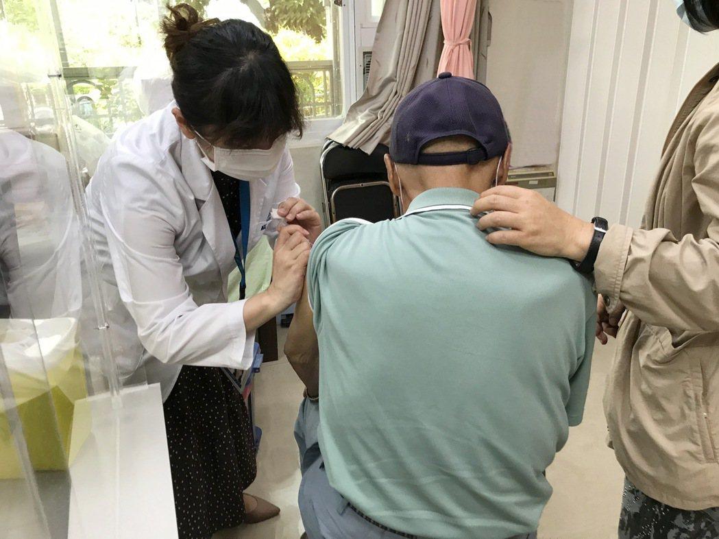 6月15日起高齡年長者可前往胸腔病院仁德院區施打疫苗。 胸腔病院/提供。