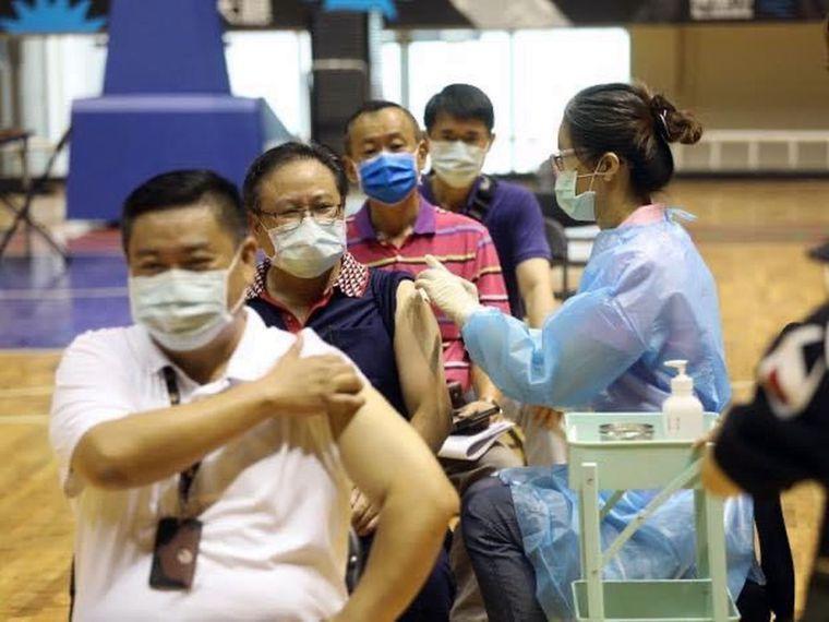 高雄市今天起替八十七歲以上老人接種疫苗,醫護人員昨天在鳳山體育場接種站演練「醫護...