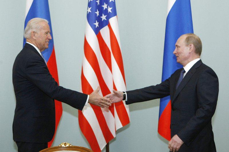 美國總統拜登(左)二○一一年擔任副總統時曾和俄國總統普亭(右)在莫斯科會面。美聯社