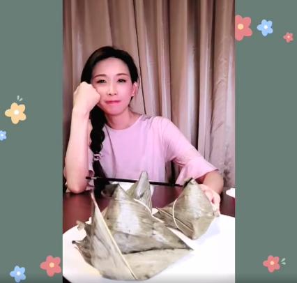 林志玲PO吃粽子影片。圖/摘自臉書