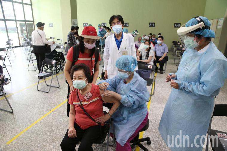 台北市長者施打疫苗今天開始,台北榮總上午八點不到就有許多長者來排隊等待打疫苗,院...