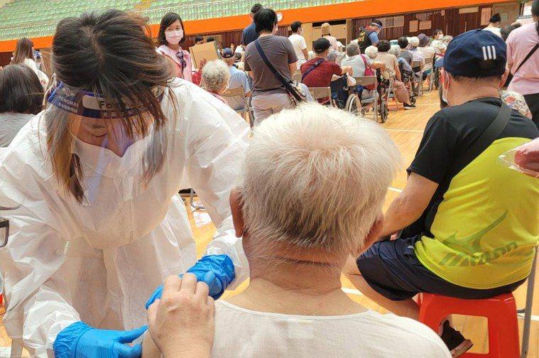 上午體育館施打疫苗。記者游明煌/攝影