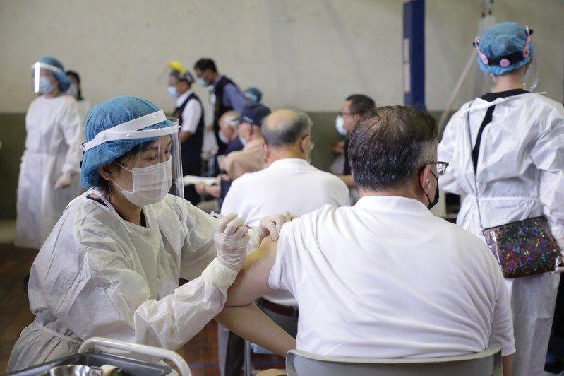 台中今天上午8點開始為85歲以上市民,優先接種疫苗。記者陳秋雲/攝影