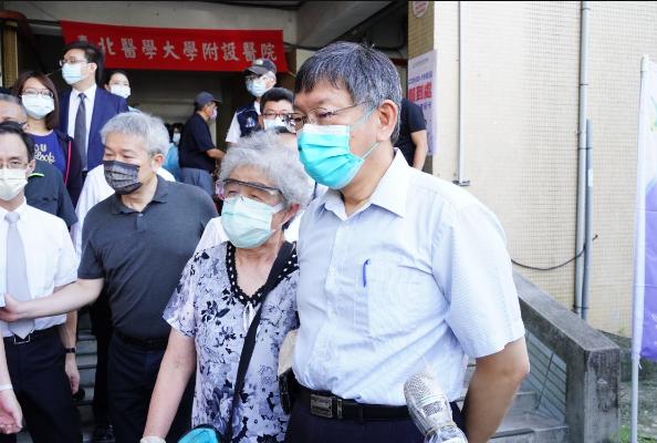 今天是台北市開放85歲以上長者、65歲以上具原住民身分長者施打疫苗。台北市長柯文...