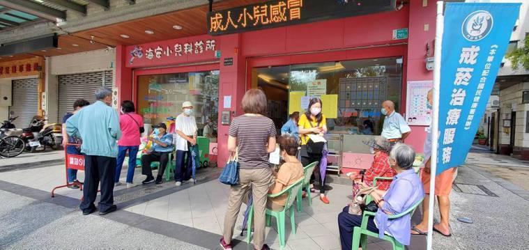台南市今天診所開打疫苗,不少診所外一早都排滿等候注射的民眾。讀者提供
