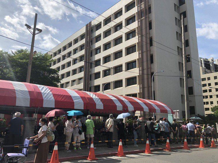 疫苗施打第一天,台北榮總外面出現大批長者曝曬在豔陽下排隊情況。記者/雷光涵攝影