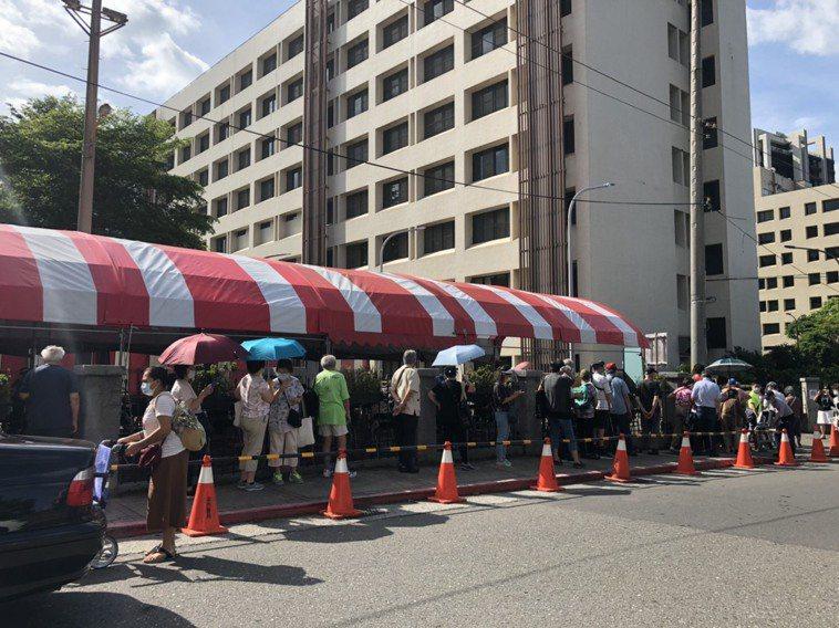 疫苗施打第一天,台北榮總外面出現大批長者曝曬在豔陽下排隊情況。記者雷光涵/攝影