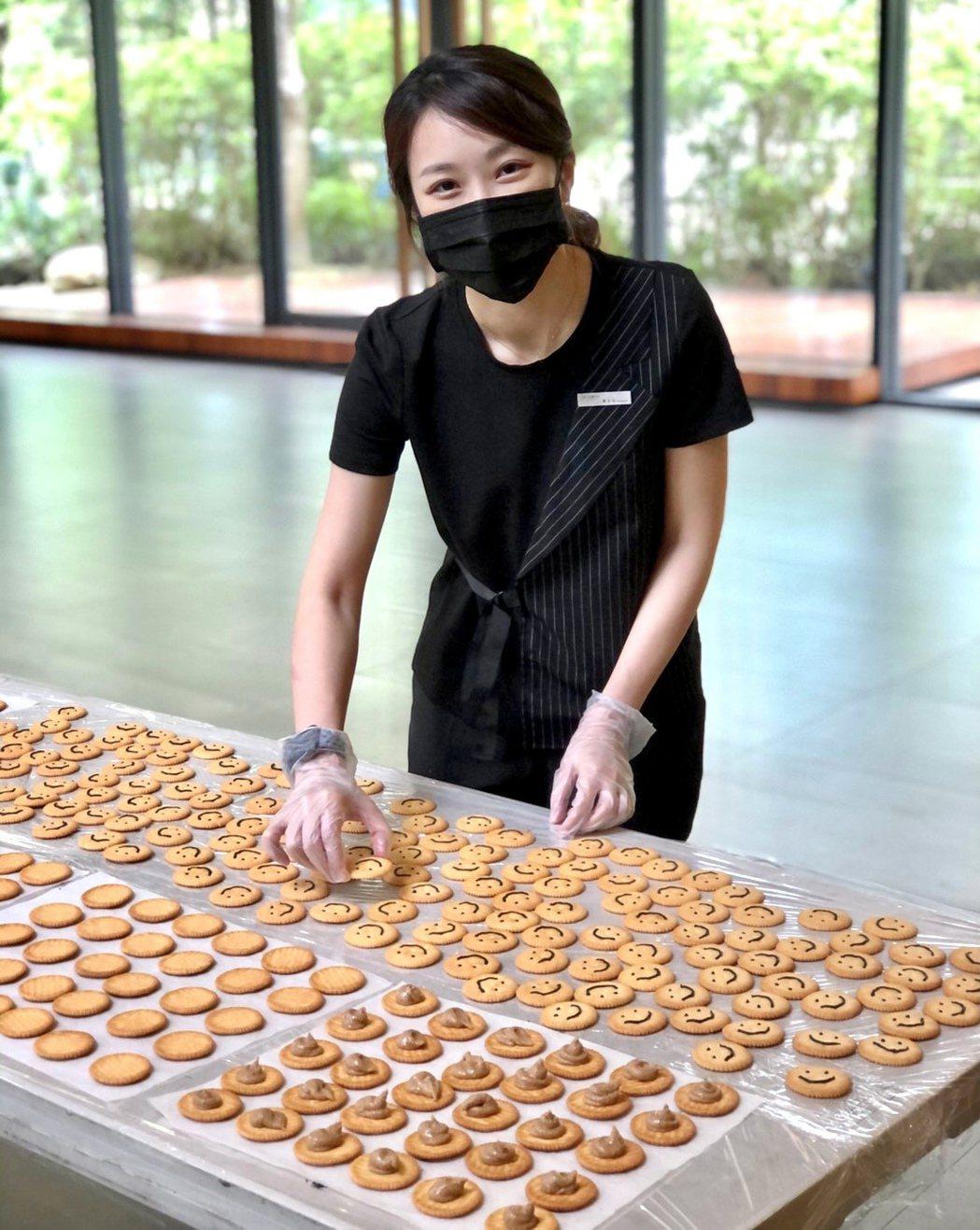 提升心靈免疫力!陸府建設製作祈福餅乾為住戶加油打氣。陸府建設提供