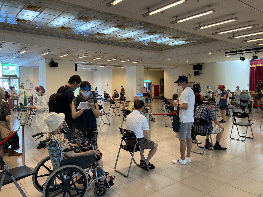 三重綜合體育館大型接種站以「宇美町方式」施打,1小時可約可完成120人接種。記者...