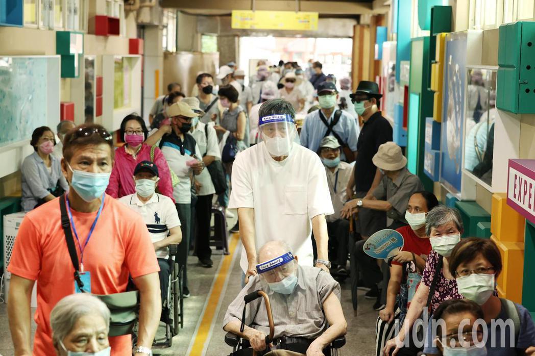 台北市上午首次進行85歲以上長者施打AZ疫苗,由長庚醫院負責的民生國小施打據點出...
