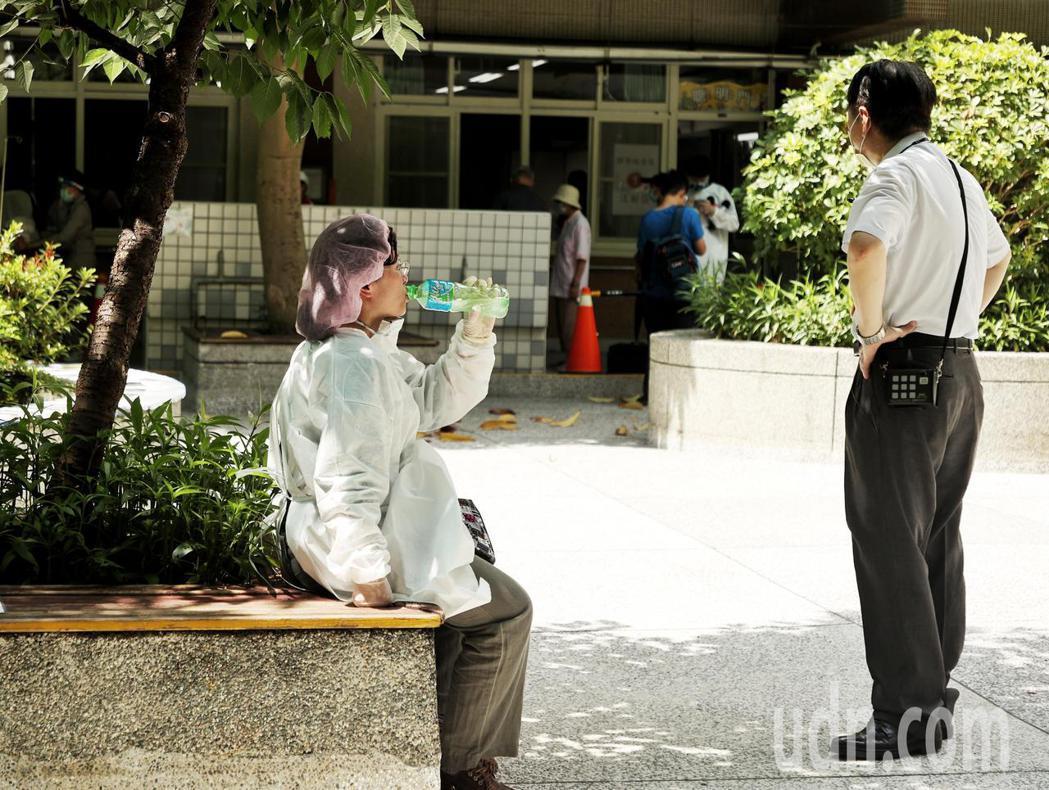 台北市今日上午首次進行85歲以上長者施打AZ疫苗,天氣炎熱加上作業繁忙,護理人員...