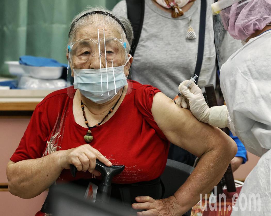 台北市上午首次進行85歲以上長者施打AZ疫苗,施打完後須在現場觀察15分鐘以上,...