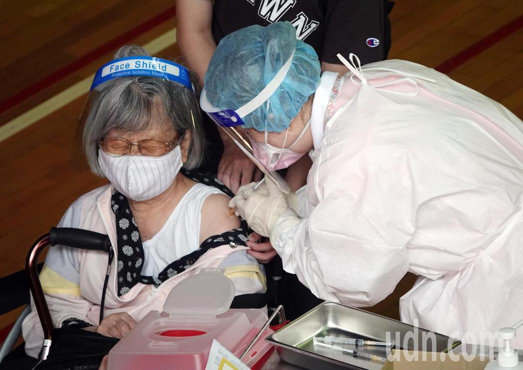 台北市上午開放85歲以上長者、65歲以上具原住民身分長者施打疫苗。台大醫院一早有...