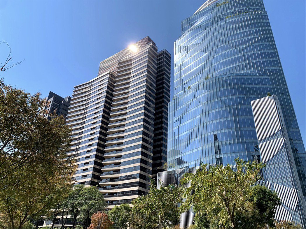 「大陸丽格」(左)高樓層戶以每坪72.1萬元成交,為七期今年最高成交單價。記者宋...