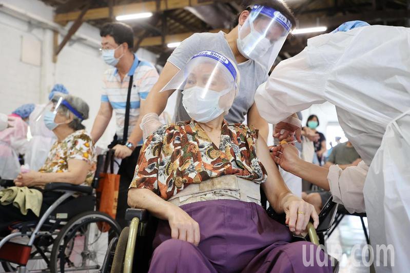 日本捐台124萬劑AZ疫苗今天大規模開打,國泰醫院商借松菸文創園區5號倉庫提供疫苗接種服務,上午不到九點已有許多民眾帶著長輩到場排隊,依序注射疫苗。記者余承翰/攝影