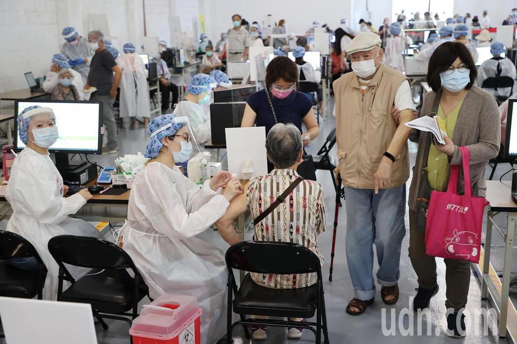 日本捐台124萬劑AZ疫苗今天大規模開打,國泰醫院商借松菸文創園區5號倉庫提供疫...