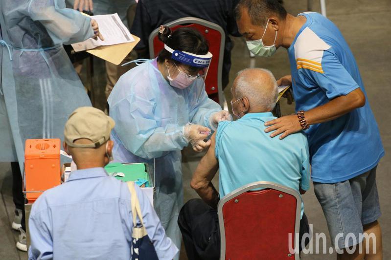 疫情嚴峻,近期連二日本土確診個案降至200以內,引起各界討論疫情是否將走向趨緩。有網友發文詢問6月28日降二級警戒的機率,貼文引起熱議。記者劉學聖/攝影