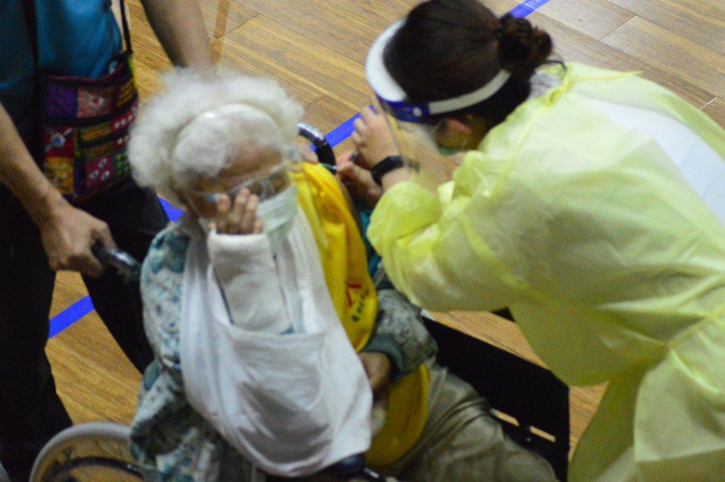 台東包括滿75歲長者在內的4類民眾今天集體施打AZ疫苗,預計將打5千劑。記者施鴻...