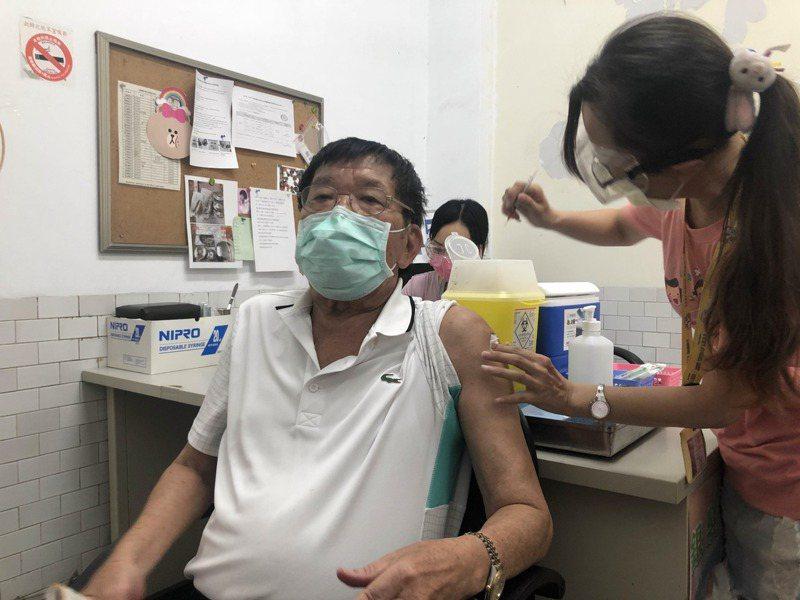 台南市政府為個各里里長打AZ疫苗。記者周宗禎/攝影