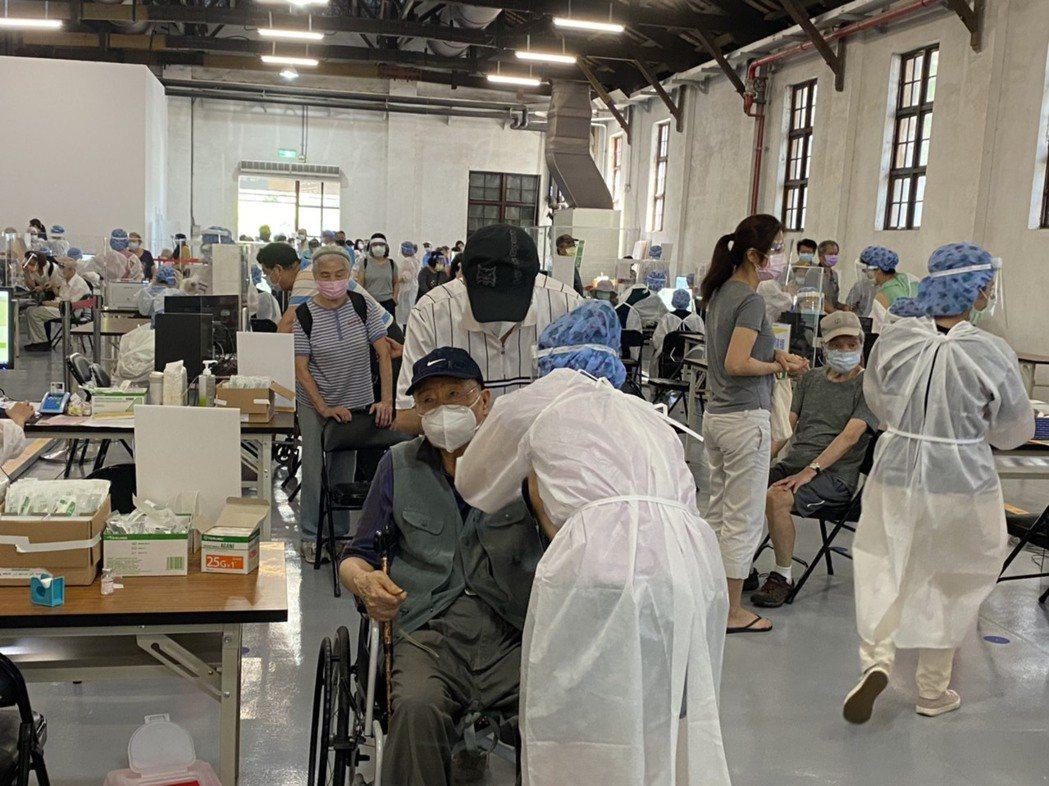國泰醫院於松菸提供疫苗接種。記者/蕭羽耘攝影