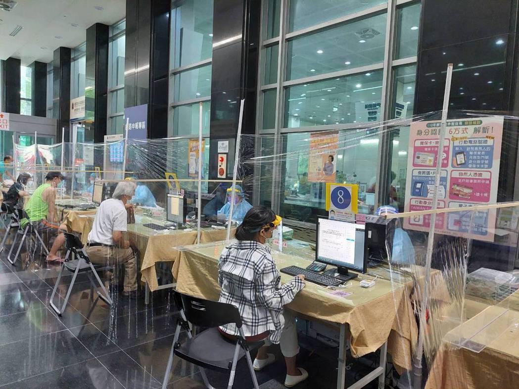 中區國稅局台中分局採線上預約,讓報稅民眾分流,今天上午約百來人辦理。圖/中區國稅...
