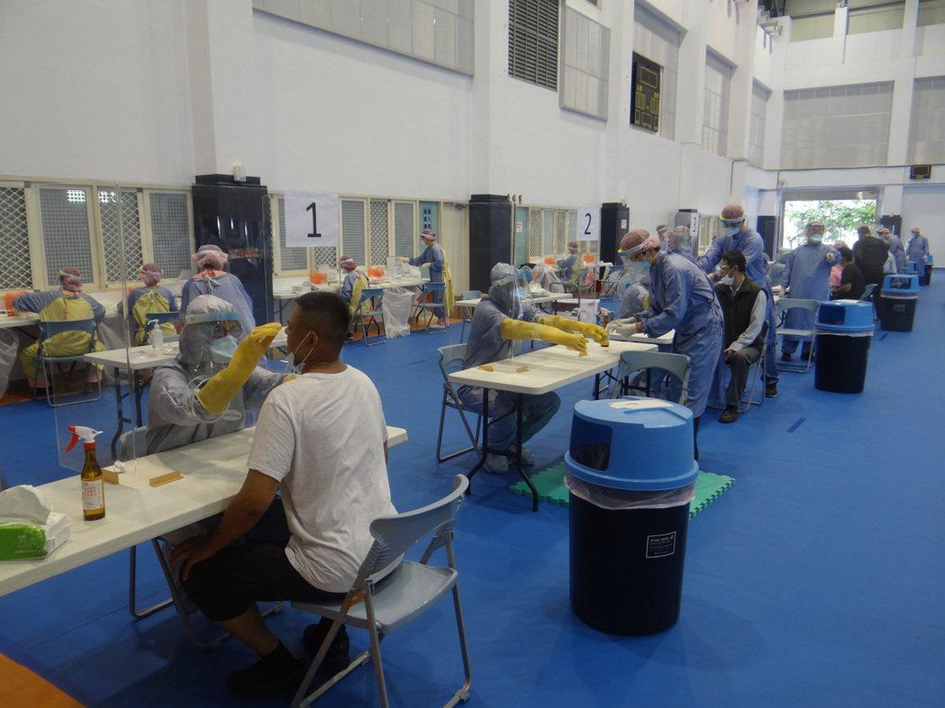 台塑進行大規模的萬人普篩,對一萬三千名六輕員工以四天完成快篩,今天首日進行順暢。...
