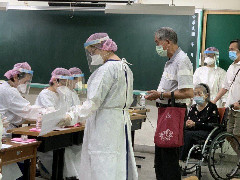 許多長者獨自前往接種站接種,不過也有許多是孫子帶著阿公阿嬤到接種站接種。記者陳雨鑫/攝影