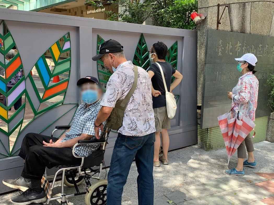民生國小接種新冠疫苗現場,猶如大考考場,兒女站在門外,等候長輩接種疫苗。記者陳雨...