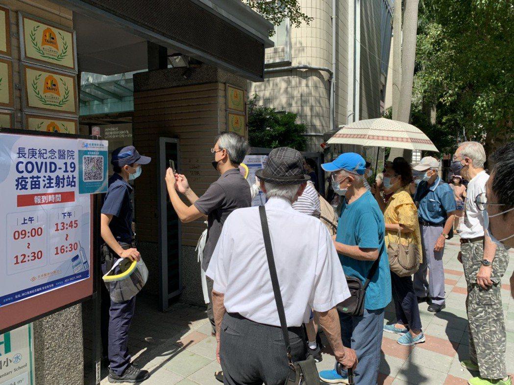 不少長輩一早就前往接種站,但未完成預約而被退貨。記者陳雨鑫/攝影