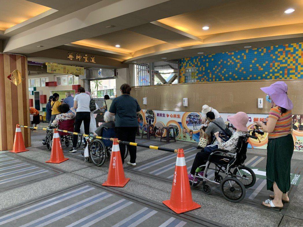 台北市今起替85歲以上長輩施打新冠疫苗,等候接種的長者幾乎人人都是坐著輪椅前來。...