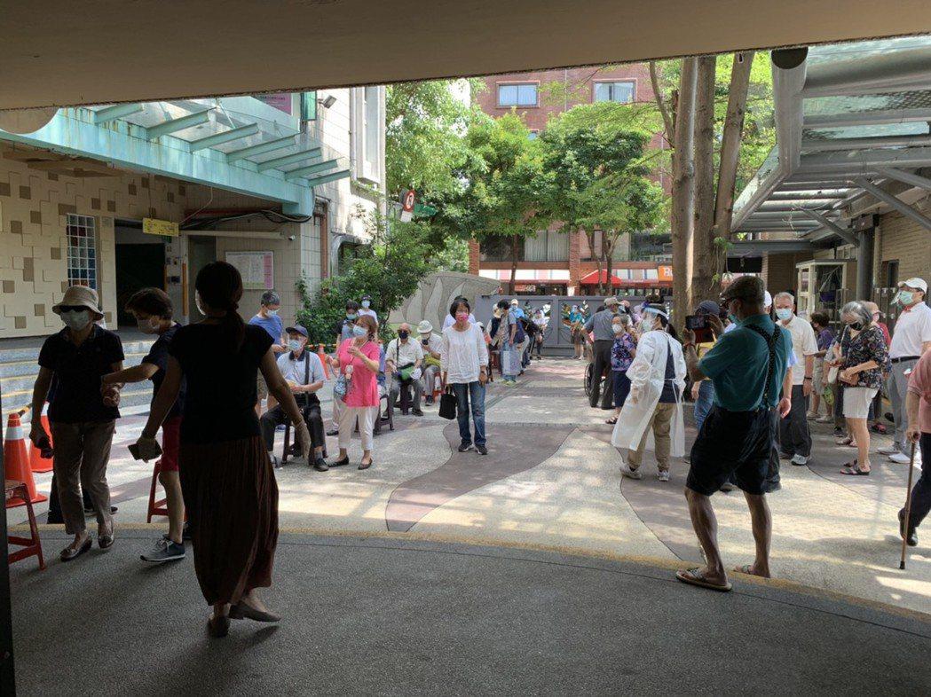 台北市民生國小內人潮仍舊是相對擁擠,民眾等候時間需約50分鐘到1小時。記者陳雨鑫...