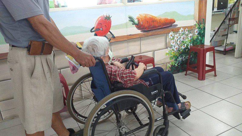 有長者上午坐著輪椅由家人陪同到台南市衛生所注射AZ疫苗。圖/市政府提供