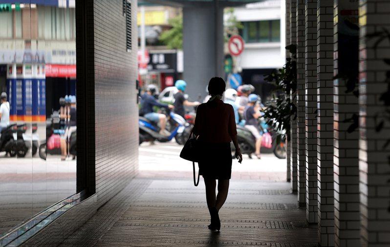 受本土疫情爆發,政府宣布全國三級警戒管制至本月28日,許多勞工改為在家上班、休無薪假、甚至沒了工作。記者余承翰/攝影