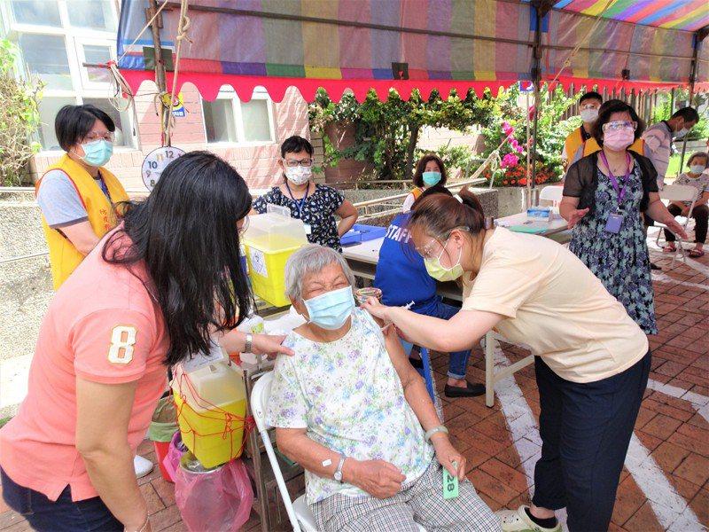 屏東縣恆春鎮衛生所為85歲以上長者施打疫苗。記者潘欣中/攝影