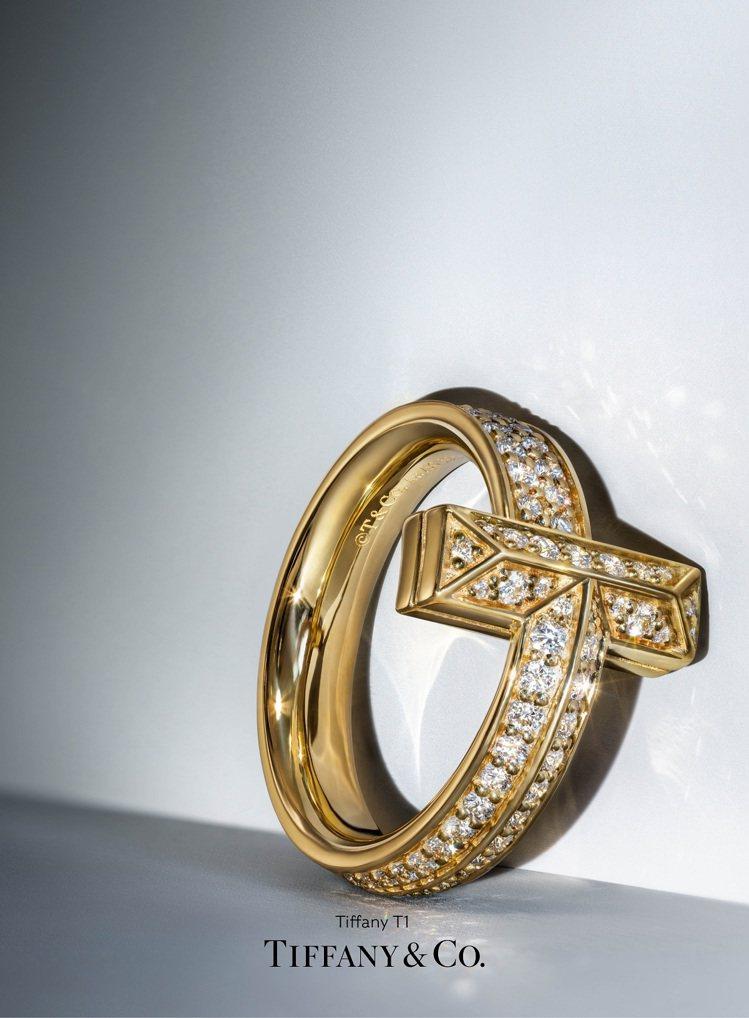 Tiffany T1 18K金寬版鋪鑲鑽石戒指,20萬1,000元。圖/Tiff...